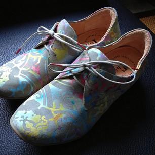 kleurige schoenen van think!