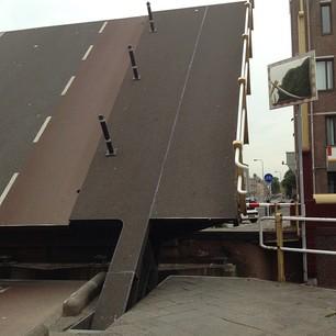 de brug stond open