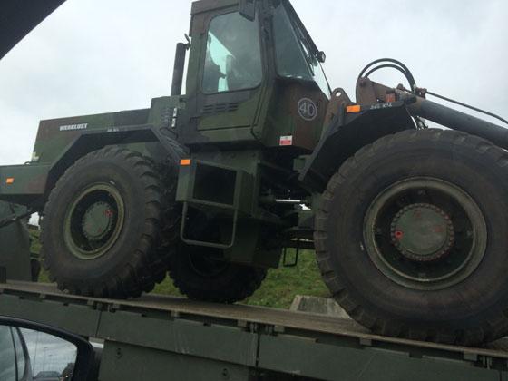 een konvooi legervoertuigen