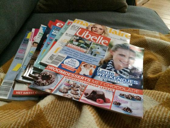 en de magazines doorbladeren