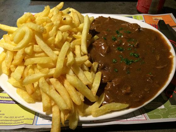 grote schotel met stoofvlees en friet