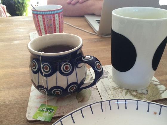 ontbijt, thee, melk en een sneetje brood