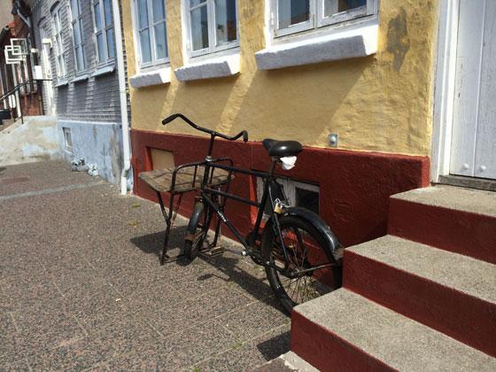 oude fiets bij oud huisje
