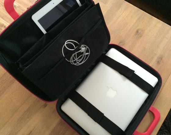 Medio Bombata met de laptop, macbook