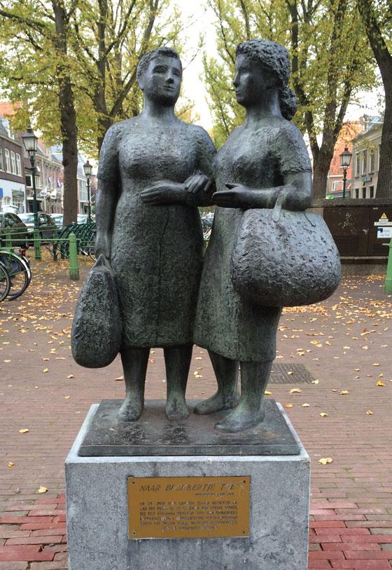Standbeeld Blokkertjes vrouwen