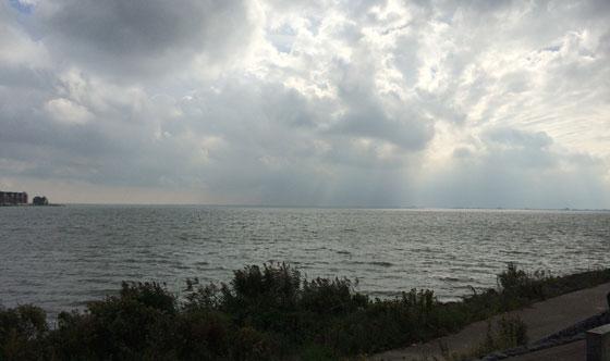 wolken boven ijsselmeer