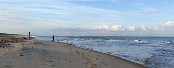 Noordzee vissers aan de vloedlijn