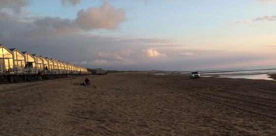 auto over het strand