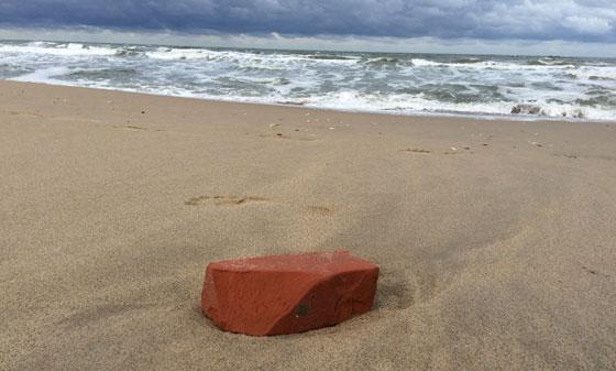 baksteen op strand