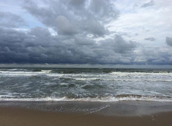 Donkere wolken boven noordzee