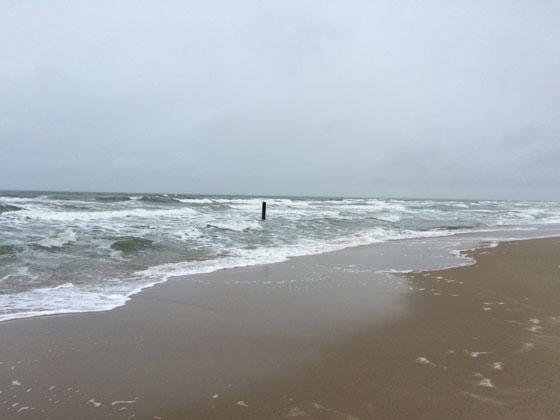 Strandpaal in zee