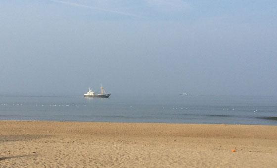 een vissersbootje dichtbij