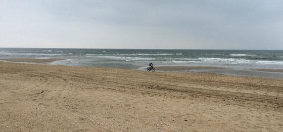 eenzame fietser op het strand
