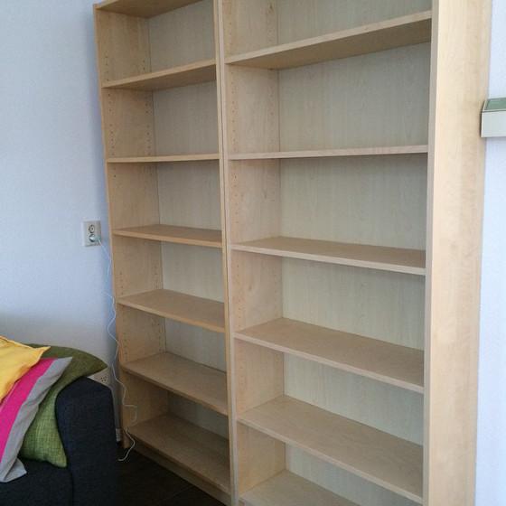 2 boekenkasten naast elkaar