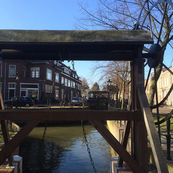 doorkijkje langs eeuwenoude grachtjes in Utrecht