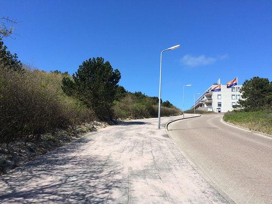 Op vakantie naar Texel! heuvel op richting strand