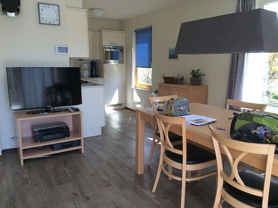 Op vakantie naar Texel! Landal beach park eettafel, tv en keuken 127