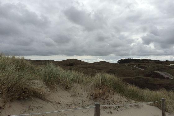 Wandeling De Muy op Texel wolken boven de duinen