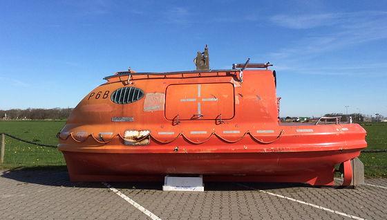 Juttersmuseum en Oorlogs- en Vliegtuigmuseum reddingsbootje