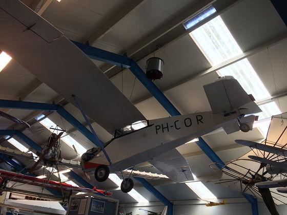 Juttersmuseum en Oorlogs- en Vliegtuigmuseum vliegtuig met Cor