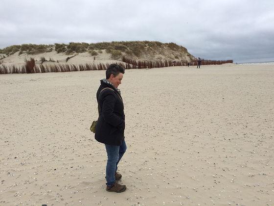 Wandeling de Slufter en Boot naar Vlieland lopen in de wind