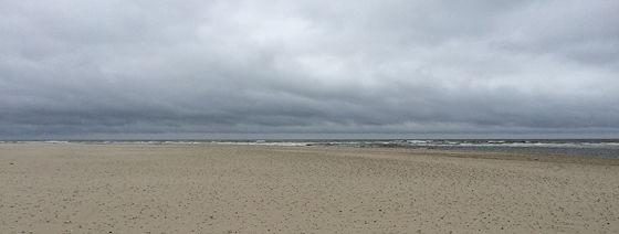 Wandeling de Slufter en Boot naar Vlieland donkere wolken boven de noordzee