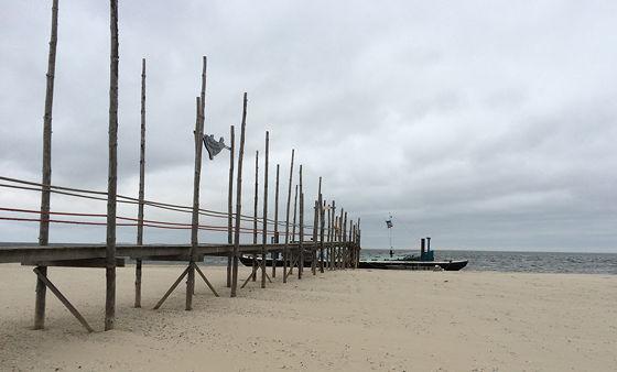 Wandeling de Slufter en Boot naar Vlieland palen