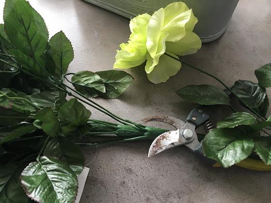 kunstbloemstukje bloemen lossnijden