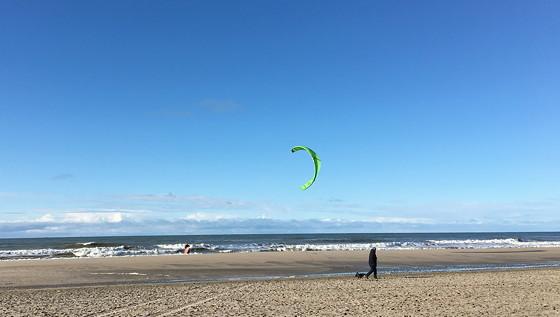 Ploggen 7 Maart 2016: Strandhuisjes van Landal Beachvilla's kitesurfen
