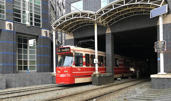 Ploggen 9 Maart 2016: Shoppen in Den Haag tram door gebouw
