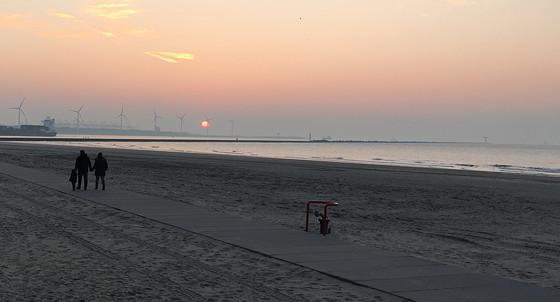 Ploggen 10 Maart 2016: Wandeling op de pier en op visite zonsondergang mistig