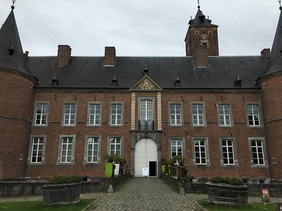 Shoppen in België en Bezoek Alden Biesen ingang gebouw