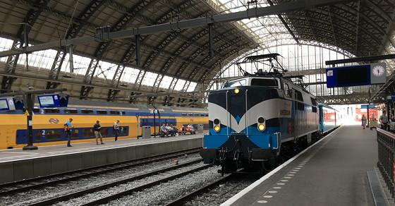 Hapjes in de Panorama Rail Restaurant Trein Amsterdam