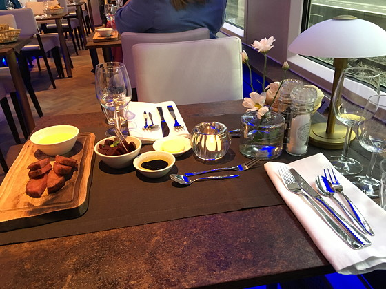 Hapjes in de Panorama Rail Restaurant Trein
