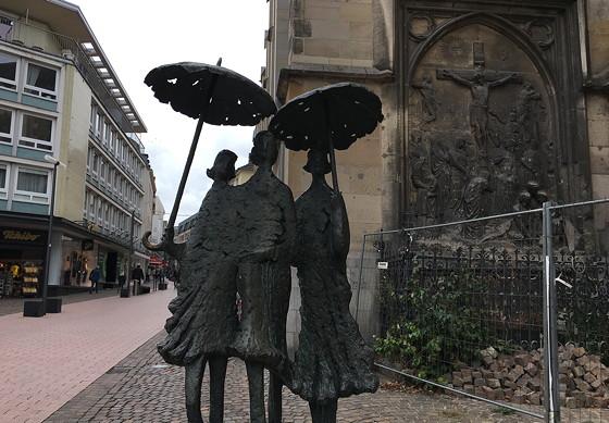 Ploggen 18 Oktober 2016: Shoppen in Aken beeld dames paraplu